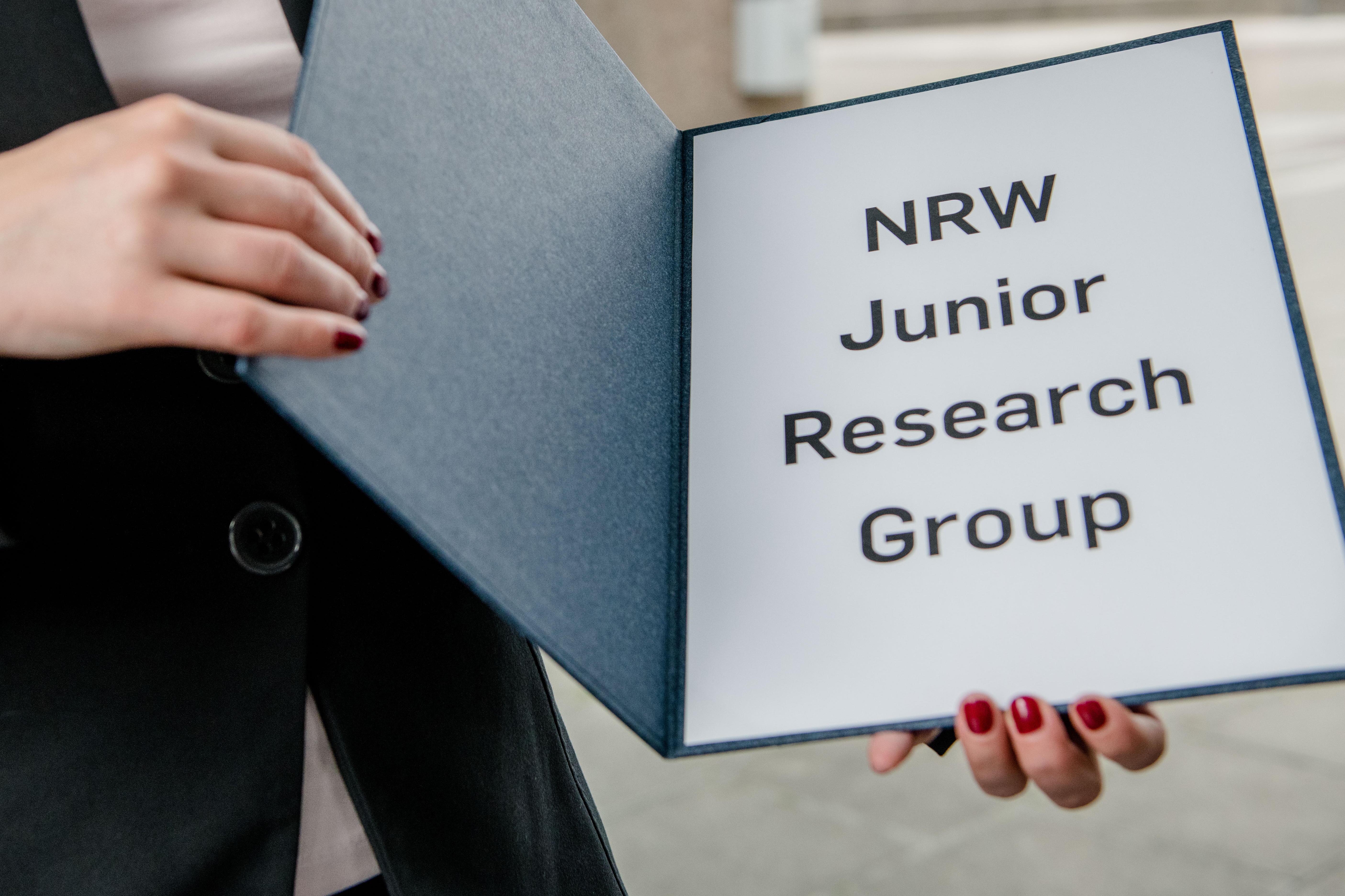 A folder with the inscription NRW Junior Research Groups