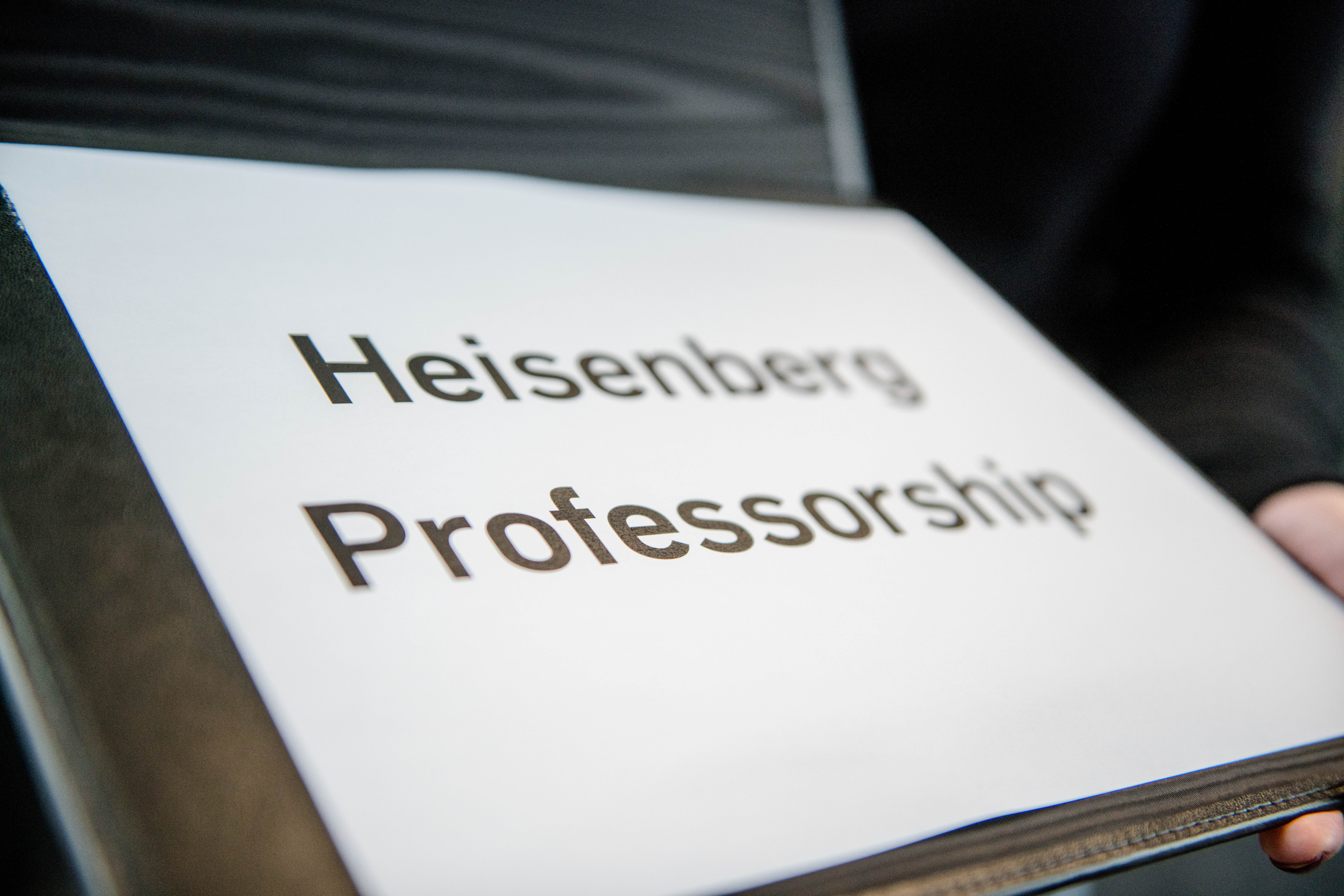 A folder with the inscription Heisenberg Professorship
